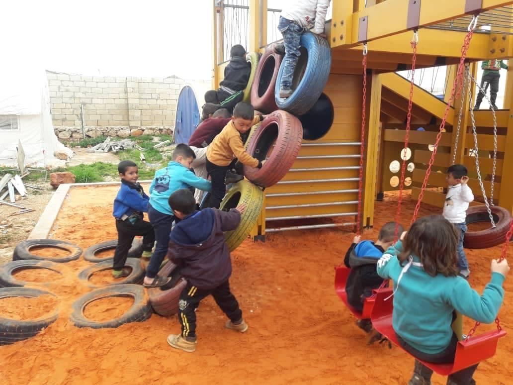 Construction d'une aire de jeux en 2019 au camp de réfugiés syriens à Al-Kamouna en Syrie